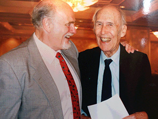 会場ロビーでのモートン会長(右)とロイティンガー事務局長(左)